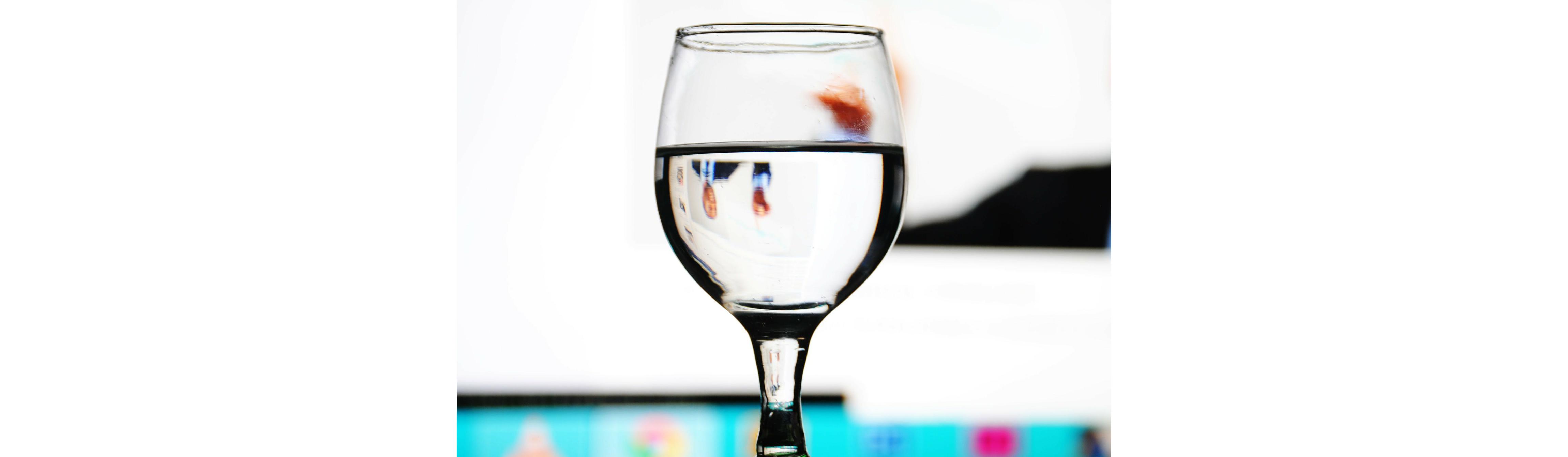 pohár tiszta víz